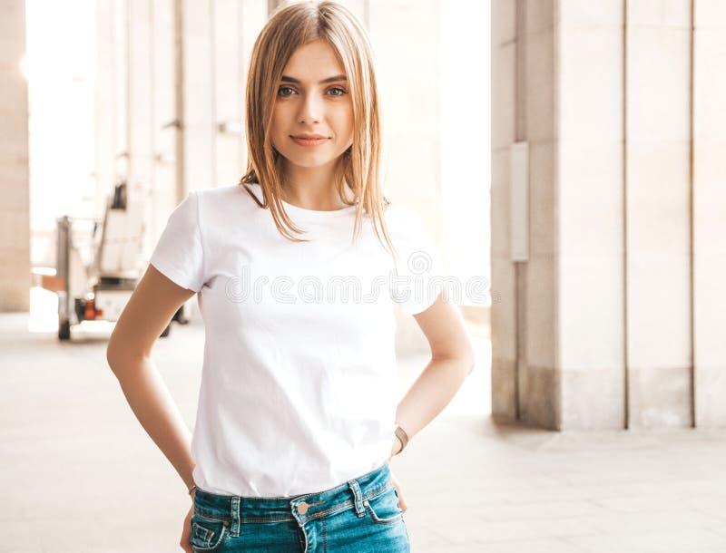 Mooi het glimlachen blond model gekleed in de zomer hipster kleren stock foto