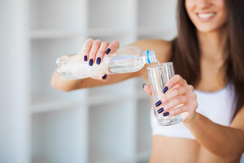 Mooi het glimlachen het glaswater van de vrouwendrank in de ochtend royalty-vrije stock afbeelding