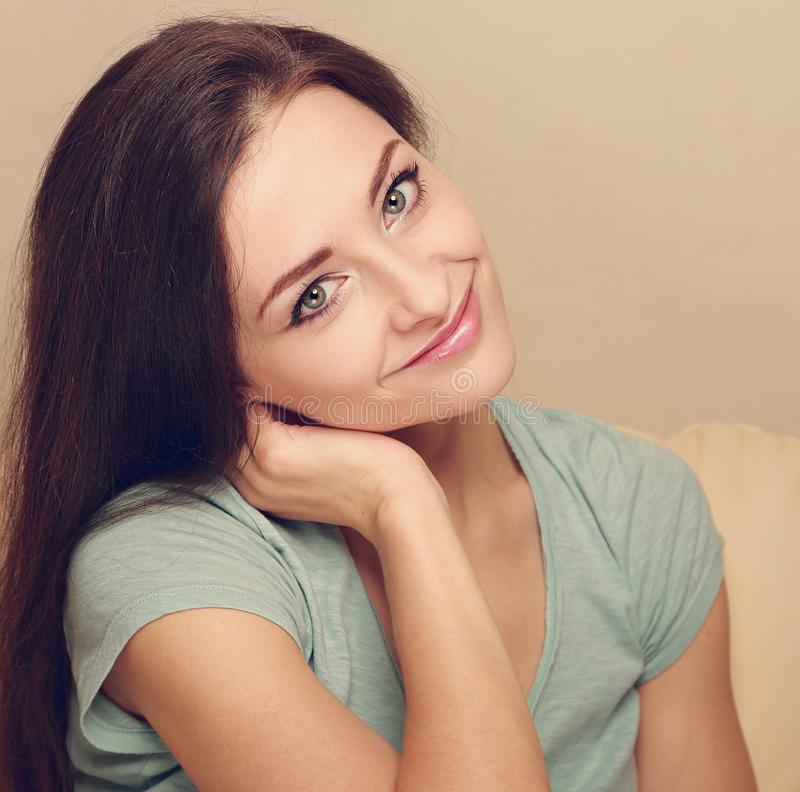 Mooi het glimlachen meisjesgezicht close-up stock afbeeldingen
