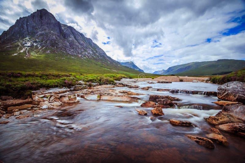 Mooi het landschapslandschap van de rivierberg in Glen Coe, Schotse Hooglanden, Schotland royalty-vrije stock fotografie
