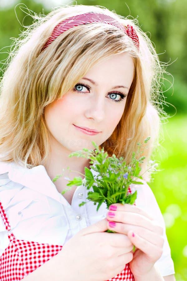 Mooi het meisjesportret van de blonde met bloemen royalty-vrije stock fotografie