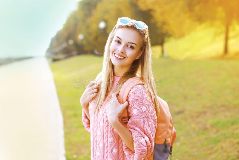 Mooi hipster glimlachend meisje die van het manierportret pret hebben royalty-vrije stock afbeelding