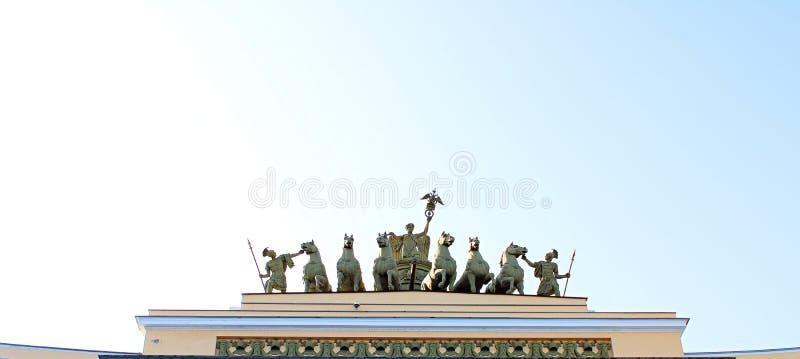 Mooi historisch beeldhouwwerk op het dak van het gebouw stock foto