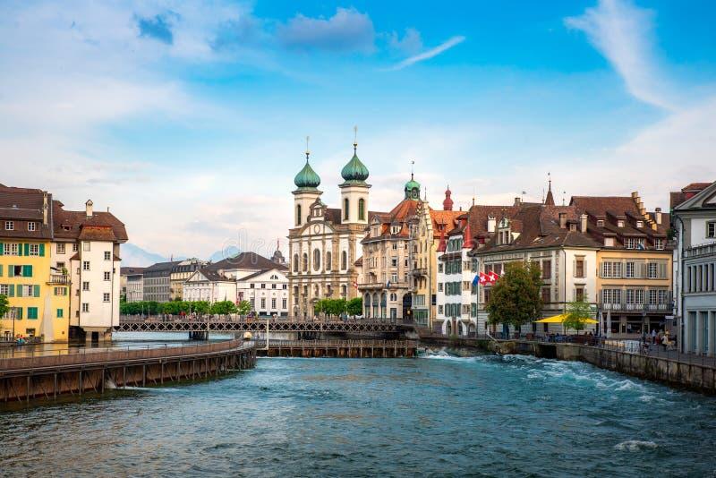 Mooi historisch stadscentrum van Luzerne met beroemde gebouwen en meer Luzerne in Kanton van Luzerne, Zwitserland stock afbeeldingen