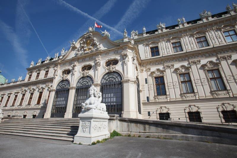 Mooi hoger Belvedere Paleis met een standbeeld van een sfinx bij Th royalty-vrije stock afbeelding