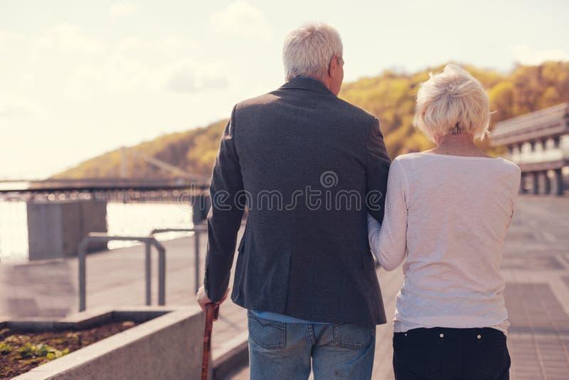 Mooi hoger paar dat een gang langs dijk heeft royalty-vrije stock afbeeldingen