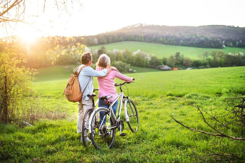 Mooi hoger paar met fietsen buiten in de lenteaard royalty-vrije stock foto's