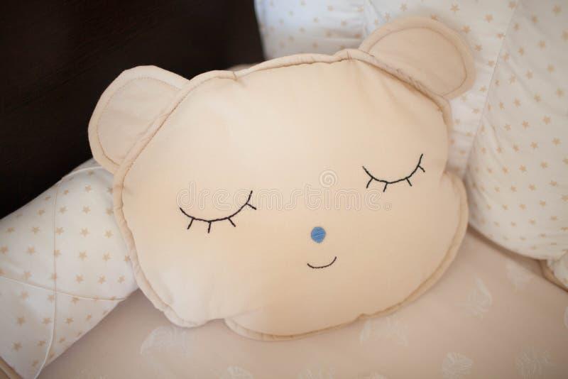 Mooi hoofdkussen voor pasgeboren met de hand gemaakt stock foto