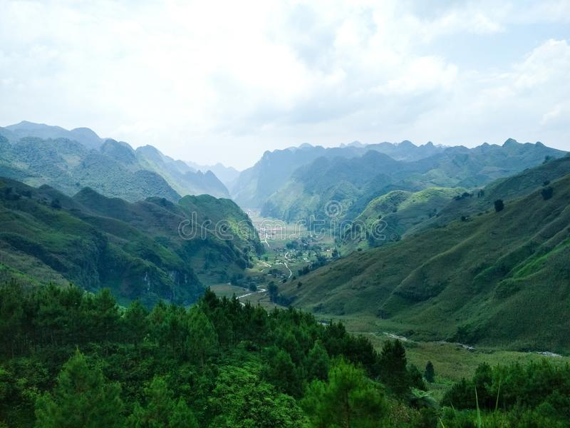 Mooi hooggebergte met vallei met dorp stock foto