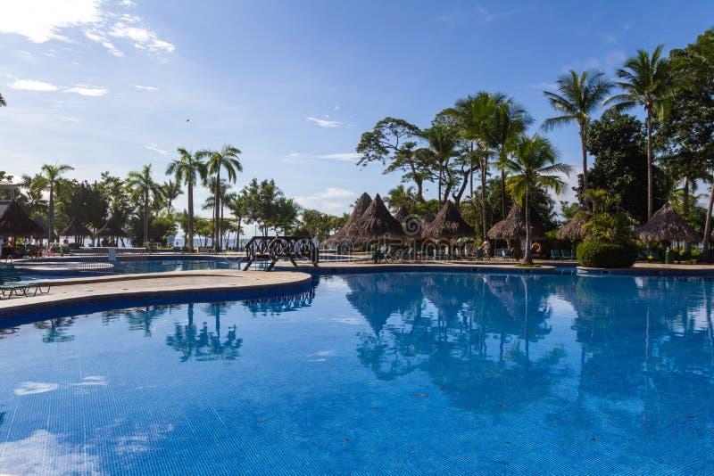 Mooi hotel zwembad stock foto