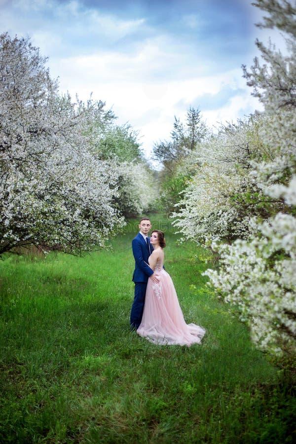 Mooi houdend van paar in huwelijkskleding royalty-vrije stock foto