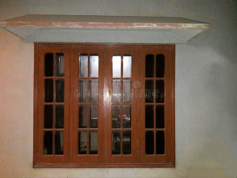 Mooi houten venster met schuilplaats royalty-vrije stock afbeelding