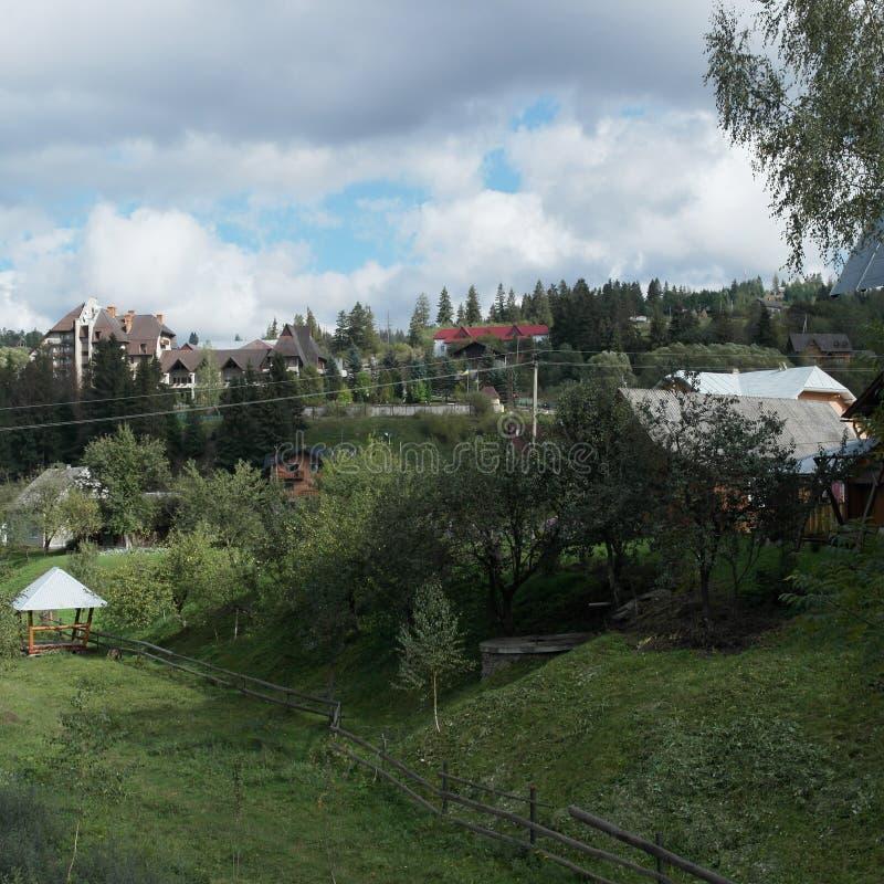 Mooi huis in de Karpatische bergen stock afbeelding