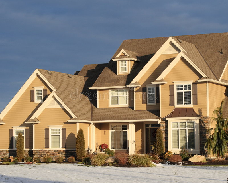 Mooi huis in de winter stock foto