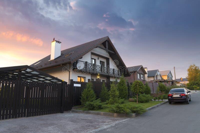 Mooi huis door de weg. stock foto's