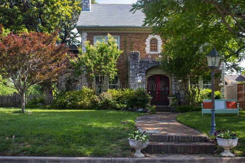 Mooi huis voor de betere inkomstklasse met rotskasteel zoals ingang en retro metaallanterfanter en weinig konijn vooraan werf - h royalty-vrije stock afbeeldingen