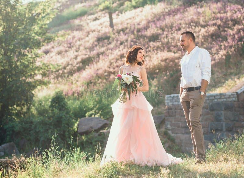 Mooi huwelijk in aard stock afbeeldingen
