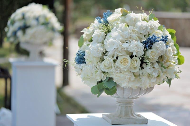 Mooi huwelijksboeket in de close-up van de steenvaas, in openlucht royalty-vrije stock fotografie