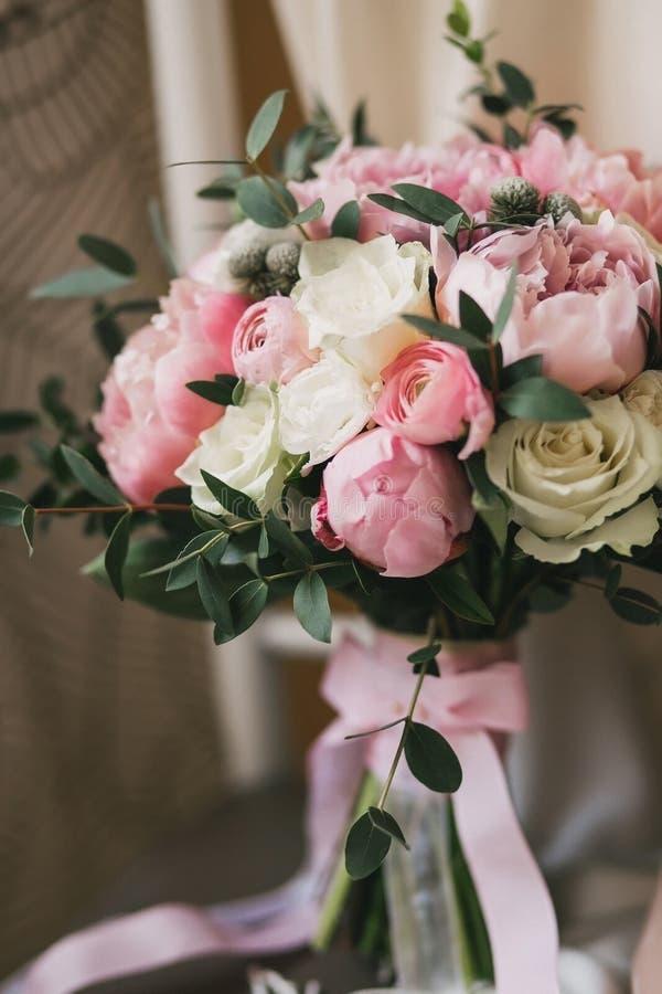 Mooi huwelijksboeket met rozen en pioenenclose-up stock afbeelding