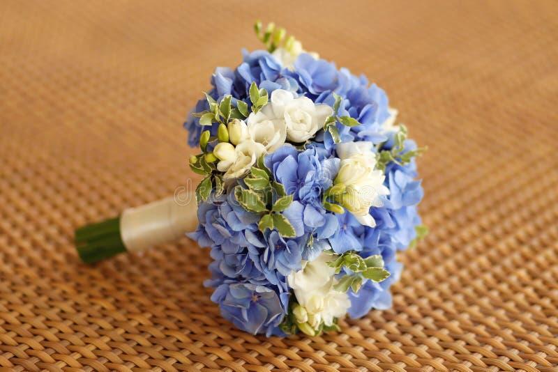 Mooi huwelijksboeket met witte en blauwe bloemen op lijst royalty-vrije stock fotografie