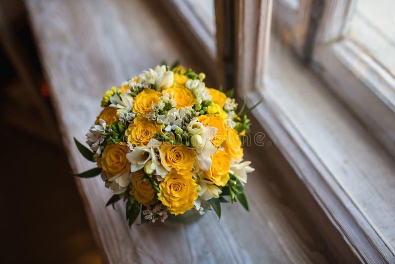 Mooi huwelijksboeket op vensterbankachtergrond royalty-vrije stock fotografie