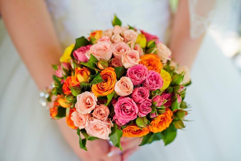 Mooi huwelijksboeket van bloemen in handen van de bruid royalty-vrije stock foto's