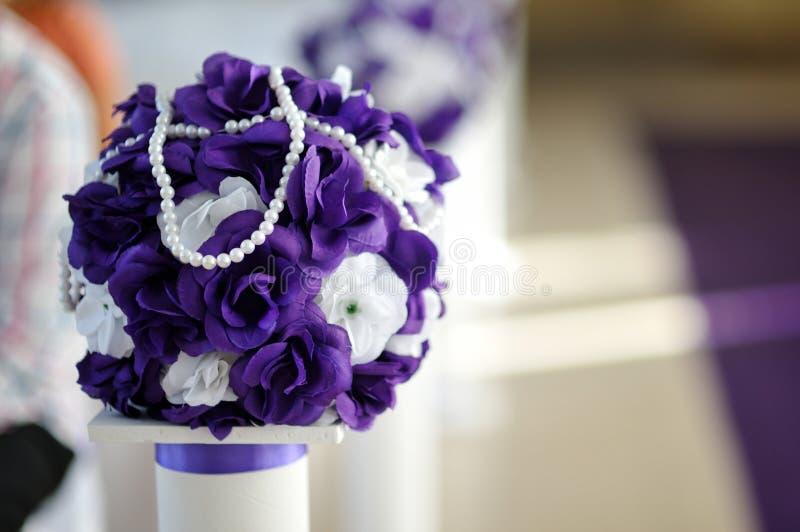 Mooi huwelijksboeket van purpere en witte bloemen royalty-vrije stock afbeeldingen