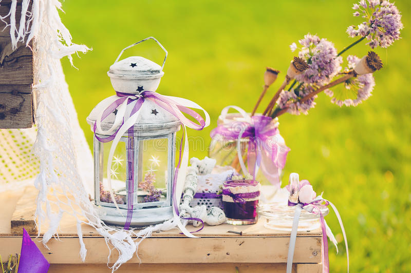 Mooi huwelijksdecor met bloemen stock afbeeldingen