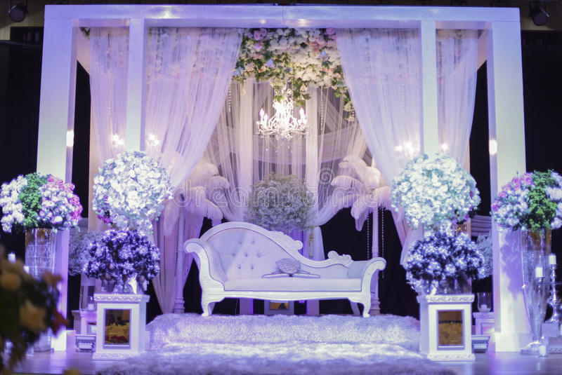 Mooi huwelijksstadium met purper licht Ondiepe DOF stock fotografie