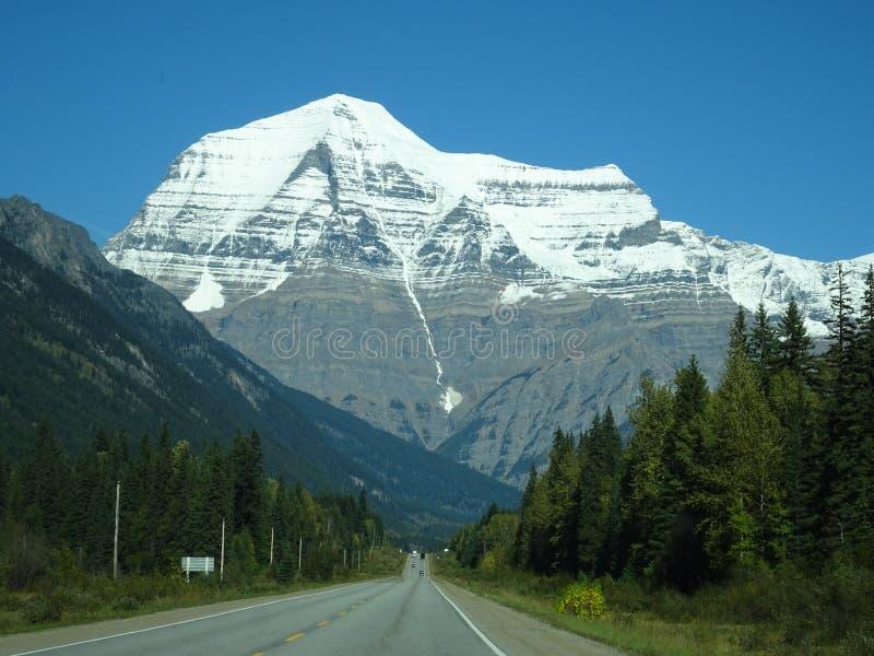 Mooi Icefields-Brede rijweg met mooi aangelegd landschap door het Nationale Park van Banff, Canada stock afbeelding