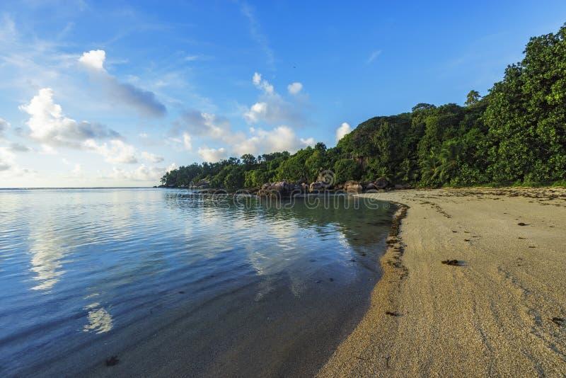 Download Mooi Idyllisch Paradijsstrand Op Seychellen 1 Stock Foto - Afbeelding bestaande uit strand, rust: 107707984