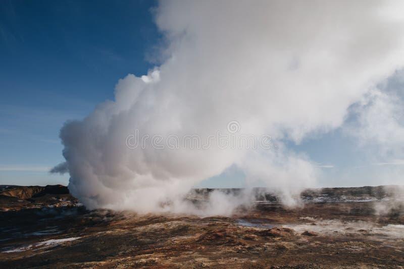 mooi Ijslands landschap met stoom van de geothermische hete lentes, reykjanes, Hete Gunnuhver stock foto's