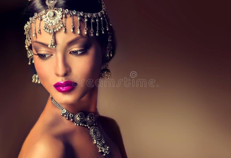 Mooi Indisch vrouwenportret met juwelen stock foto's