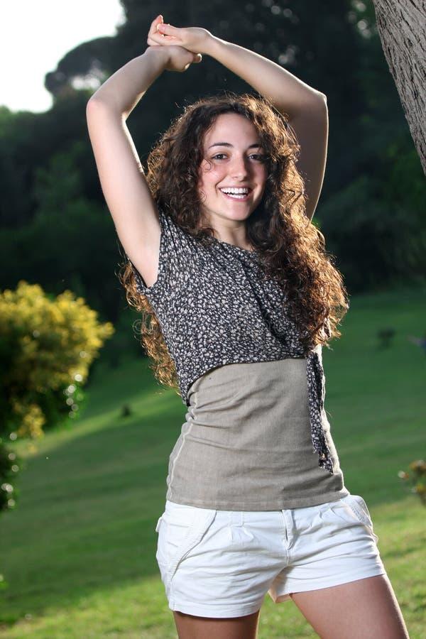 Mooi Italiaans glimlachend meisje, lange haarstijl royalty-vrije stock afbeeldingen