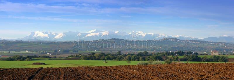 Mooi Italiaans landschap bij schemerpanorama stock afbeeldingen