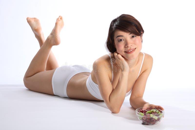 Mooi Japans vrouwen gezond lichaam met fruit stock afbeeldingen