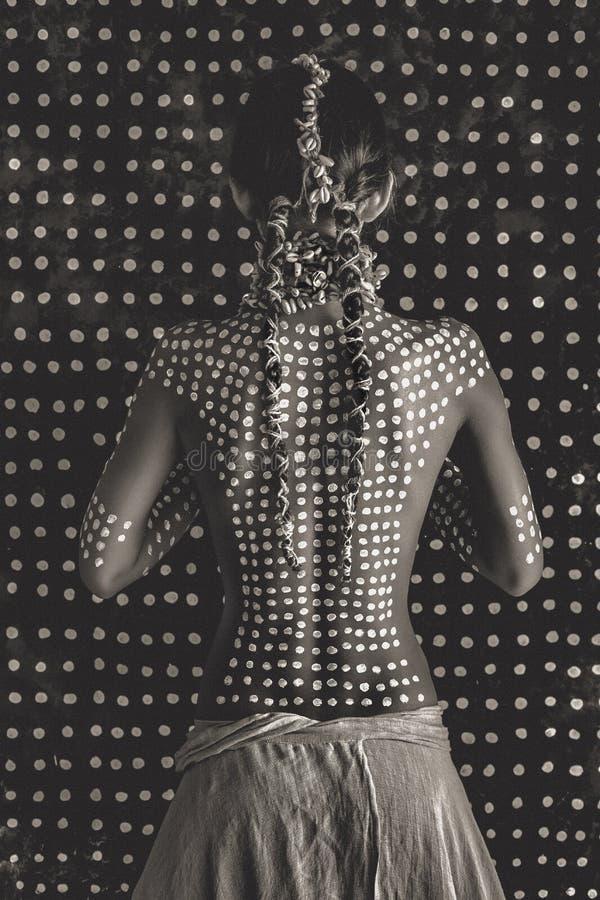 Mooi jong aantrekkelijk modieus model van de rug met traditioneel ornament op huid en gezicht royalty-vrije stock fotografie