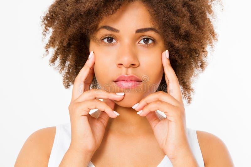 Mooi jong Afrikaans Amerikaans vrouwen macrodiegezicht op witte achtergrond wordt geïsoleerd De ruimte van het exemplaar De huidz royalty-vrije stock foto