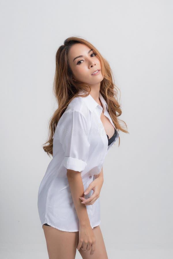 Mooi jong Aziatisch manier wit overhemd royalty-vrije stock afbeelding