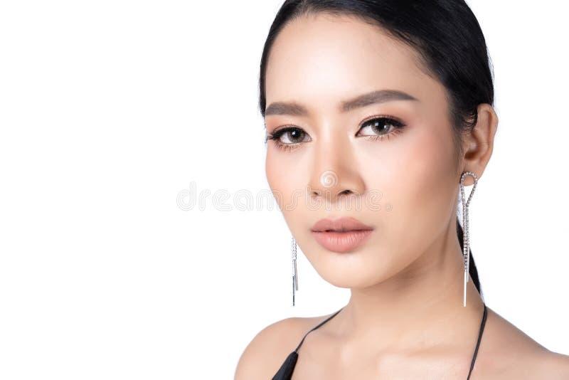 Mooi jong Aziatisch meisje met luxejuwelen en zwarte kleding De mannequinjuwelen isoleren op witte achtergrond Het schot van de s stock afbeeldingen