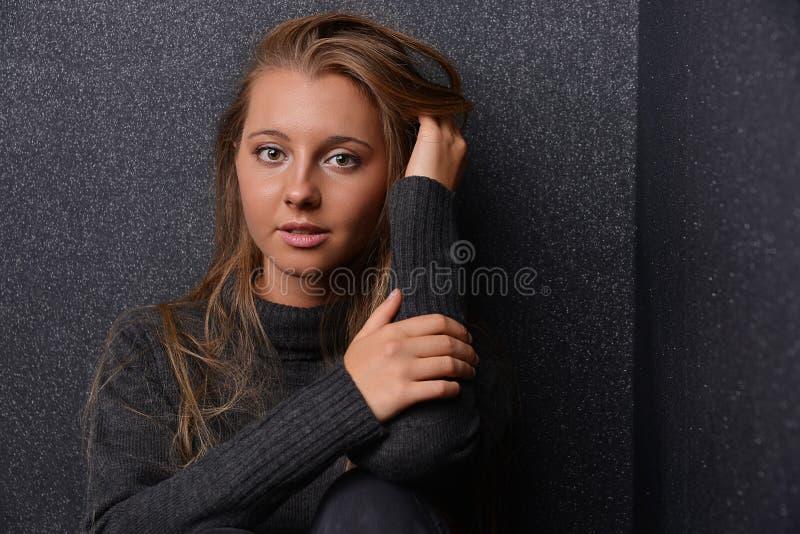 Mooi jong blond meisje met lang haar royalty-vrije stock afbeelding