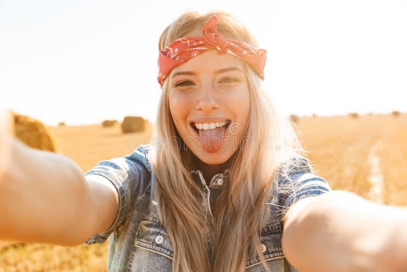 Mooi jong blondemeisje in hoofdband bij het tarwegebied royalty-vrije stock afbeelding