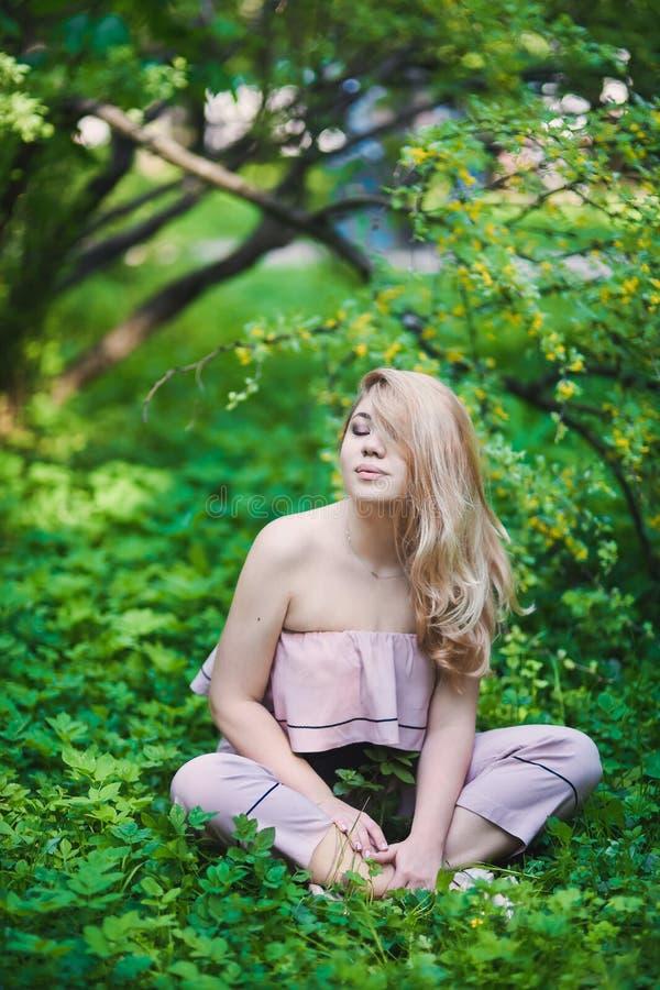 Mooi jong blondemeisje in zonnebril met gezwollen lippen en het sexy vrouwelijke lichaam stellen op de straatstijl op zonnige dag stock afbeeldingen