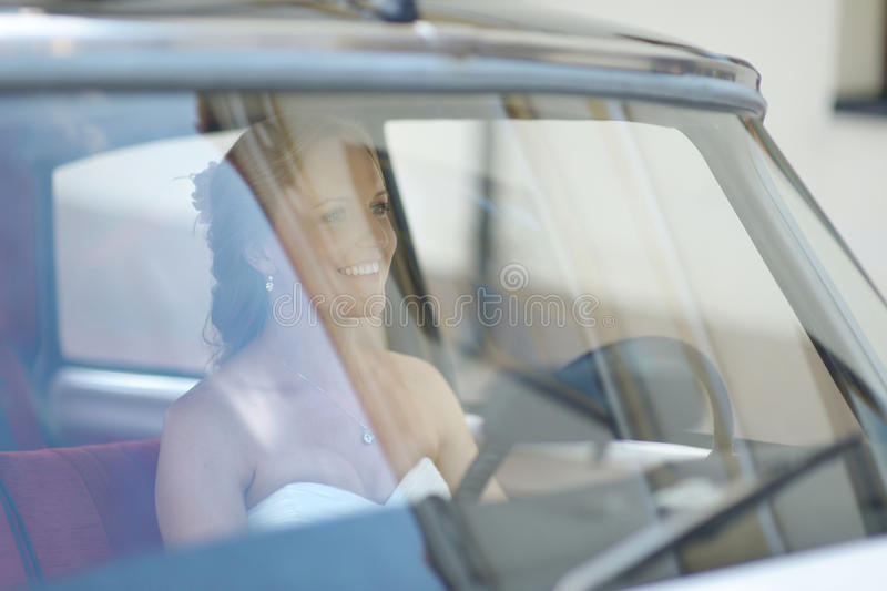 Mooi jong bruidportret in een huwelijksauto royalty-vrije stock foto