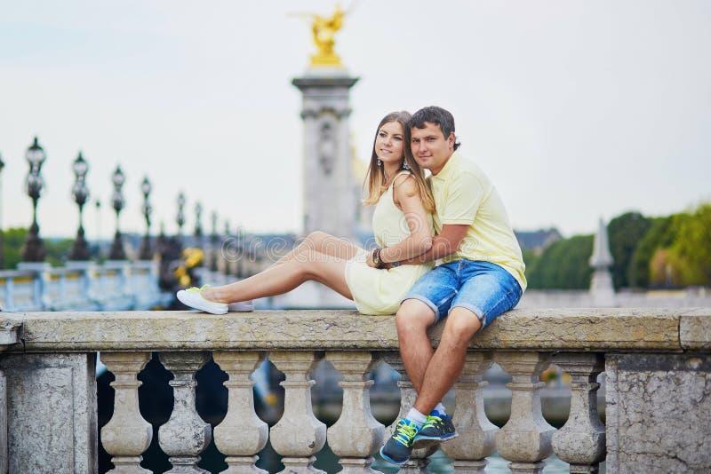 Mooi jong daterend paar in Parijs royalty-vrije stock afbeeldingen