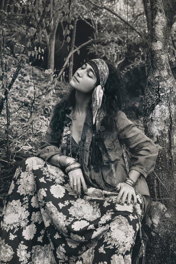 Mooi jong de vrouwen in openlucht portret van de zigeunerstijl met ogencl stock fotografie