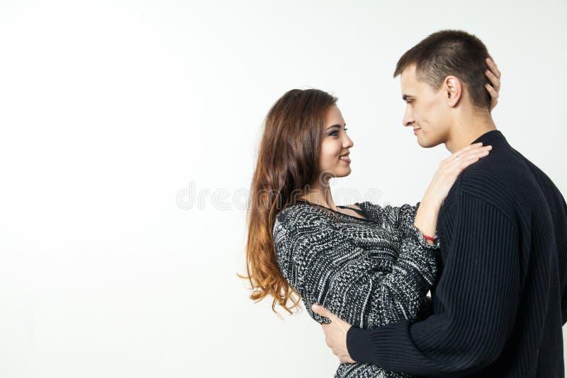 Mooi jong die paar op witte achtergrond wordt geïsoleerd royalty-vrije stock afbeelding