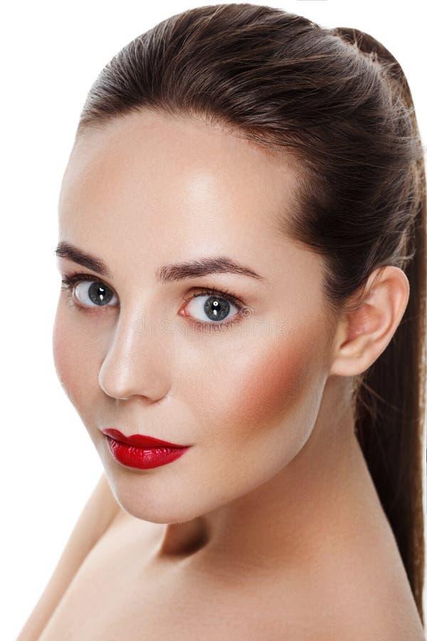 Mooi jong donkerbruin model met rode lippen en blauwe ogen ooit royalty-vrije stock fotografie
