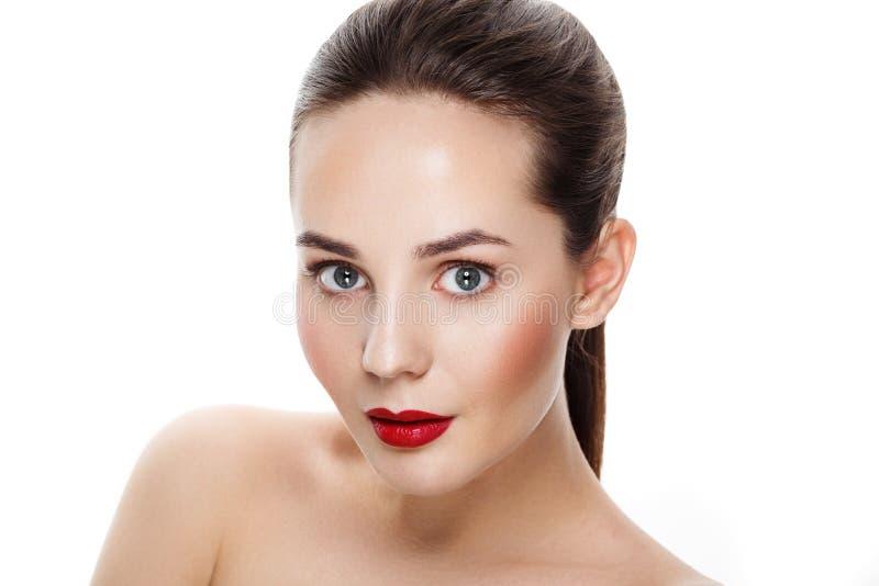Mooi jong donkerbruin model met rode lippen en blauwe ogen ooit stock foto's