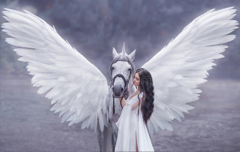 Mooi, jong elf, die met een eenhoorn lopen Zij draagt een ongelooflijke lichte, witte kleding Kunsthotography stock foto